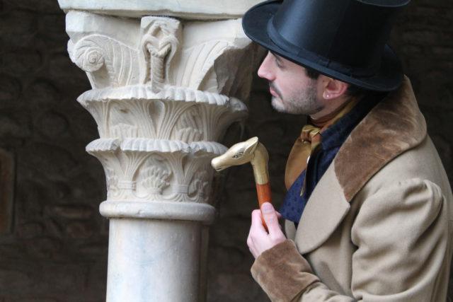inspection d'un chapiteau du cloître par Prosper Mérimée