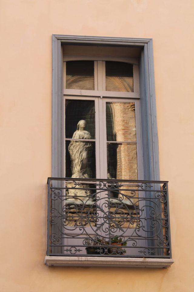 Vierge de la façade de la Réal se reflétant dans l'une des fenetrres de la sala de la Maison de Francesc SAGARRE.