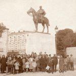 Rivesaltes, population devant la statue équestre de Joffre, vers 1925