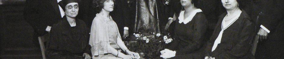Consistoire des jeux floraux autour de la statue, années 30, Fonds Grando, BU Perpignan.