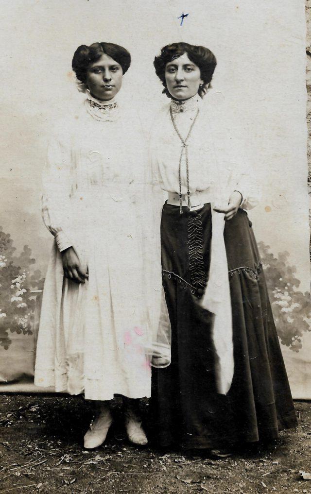 Deux femmes en tenue 1900